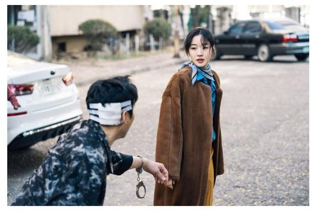 Lộ diện tình địch đáng gờm của Kim Go Eun ở Bệ Hạ Bất Tử, nhan sắc kiều diễm thế này Lee Min Ho biết chọn ai? - Ảnh 2.