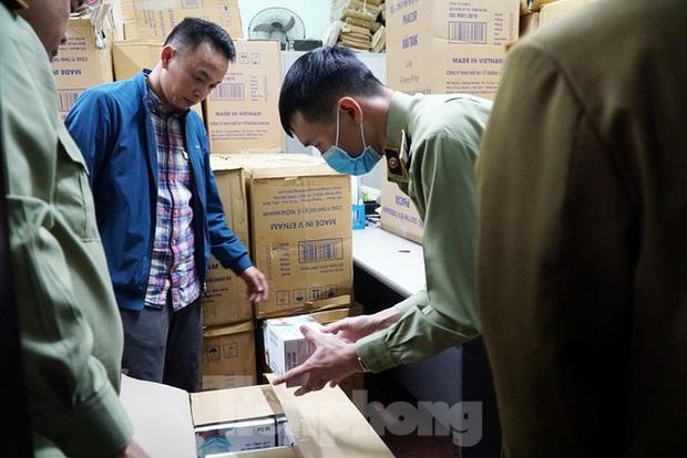 Tạm giữ 500.000 chiếc khẩu trang y tế không rõ nguồn gốc ở Hà Nội - Ảnh 3.