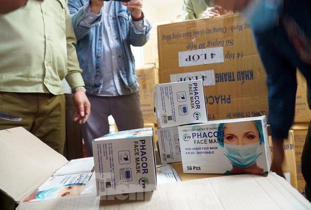 Tạm giữ 500.000 chiếc khẩu trang y tế không rõ nguồn gốc ở Hà Nội - Ảnh 1.