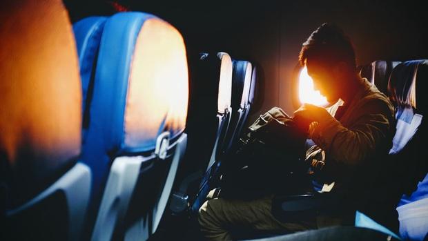 Cứ nghe tiếp viên hàng không thông báo phải mở rèm và giảm ánh sáng khi máy bay cất - hạ cánh, giờ mới hiểu lý do vì sao - Ảnh 3.