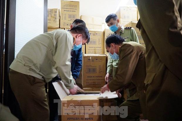 Tạm giữ 500.000 chiếc khẩu trang y tế không rõ nguồn gốc ở Hà Nội - Ảnh 7.