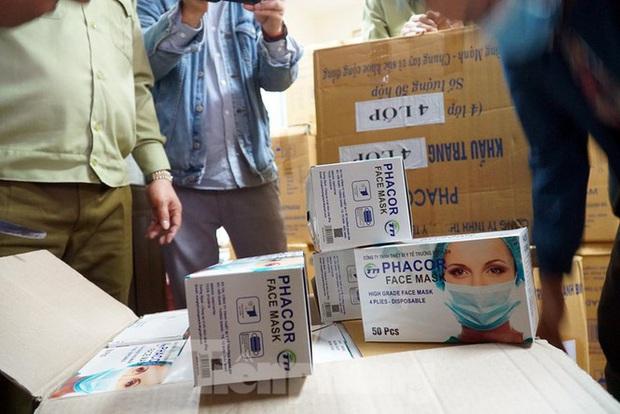 Tạm giữ 500.000 chiếc khẩu trang y tế không rõ nguồn gốc ở Hà Nội - Ảnh 8.