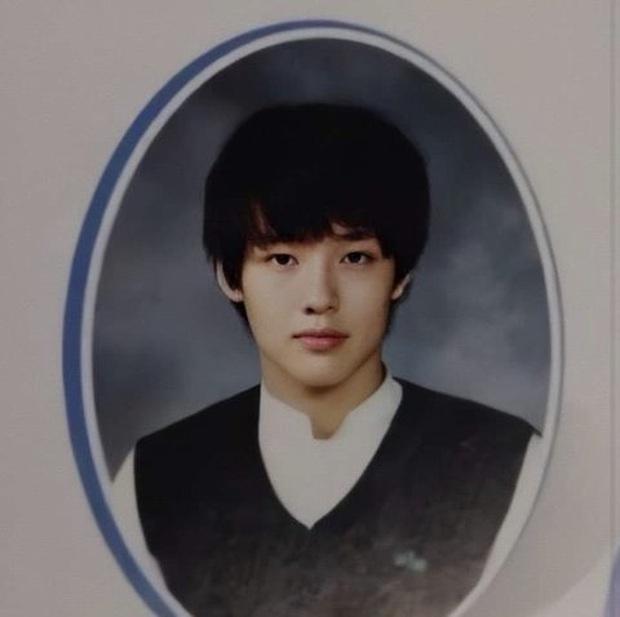 10 minh tinh có ảnh tốt nghiệp hot nhất Kbiz: Kiểu đầu Kim Tae Hee gây sốc, Song Joong Ki - Won Bin chưa xuất sắc bằng đàn em? - Ảnh 5.