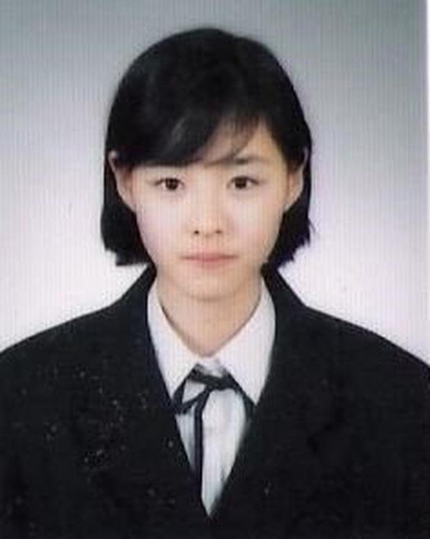 10 minh tinh có ảnh tốt nghiệp hot nhất Kbiz: Kiểu đầu Kim Tae Hee gây sốc, Song Joong Ki - Won Bin chưa xuất sắc bằng đàn em? - Ảnh 14.
