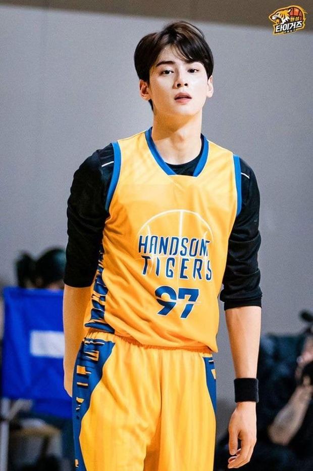 Ngây ngất visual điểm 10 của Cha Eun Woo khi chơi bóng rổ: Nam thần thanh xuân là đây, ảnh thường mà như poster phim - Ảnh 2.