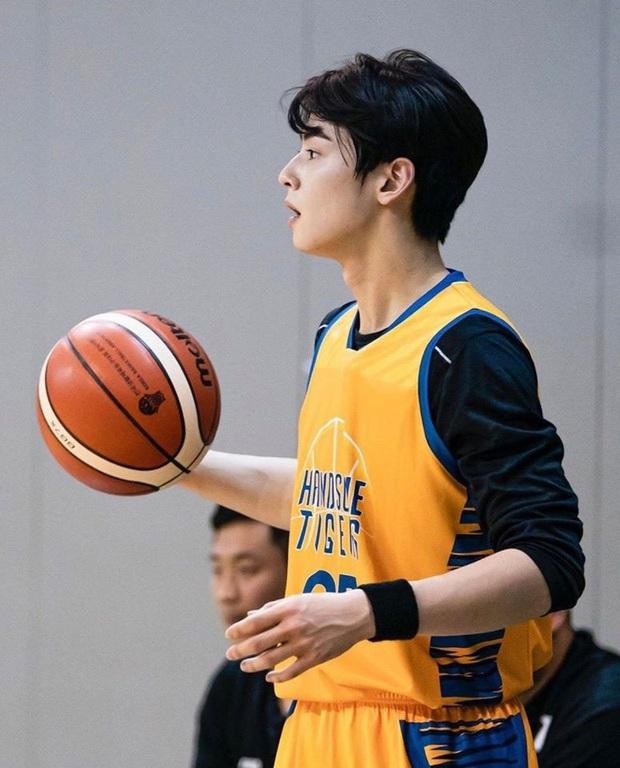 Ngây ngất visual điểm 10 của Cha Eun Woo khi chơi bóng rổ: Nam thần thanh xuân là đây, ảnh thường mà như poster phim - Ảnh 9.