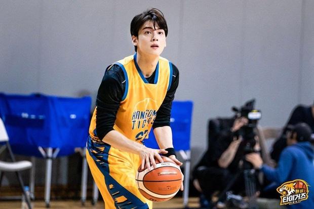 Ngây ngất visual điểm 10 của Cha Eun Woo khi chơi bóng rổ: Nam thần thanh xuân là đây, ảnh thường mà như poster phim - Ảnh 11.
