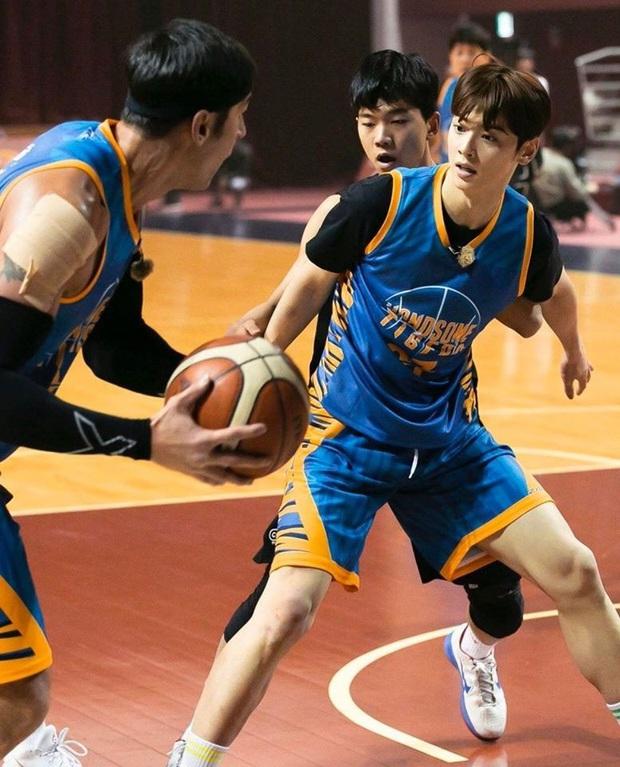Ngây ngất visual điểm 10 của Cha Eun Woo khi chơi bóng rổ: Nam thần thanh xuân là đây, ảnh thường mà như poster phim - Ảnh 13.