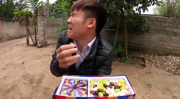 Bắt trend cũ rích từ năm 2015, con trai bà Tân Vlog còn bị tố là diễn lố khi mang món kẹo thối đi troll mẹ - Ảnh 1.