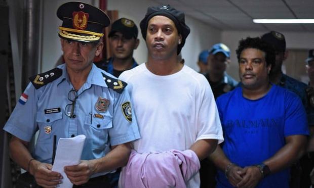 Huyền thoại Ronaldinho đón sinh nhật tuổi 40 bằng một bữa tiệc nướng hoành tráng ngay trong tù - Ảnh 2.