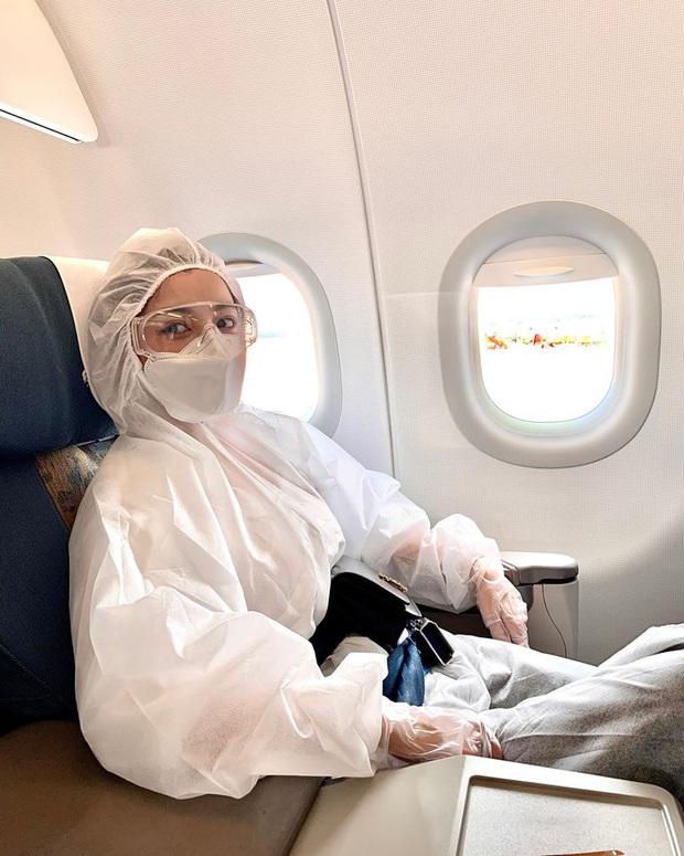 Chi Pu thành tâm điểm tại sân bay vì thời trang cực an toàn mà vẫn chất: Khẩu trang, suit kín mít phòng dịch COVID-19 - Ảnh 2.