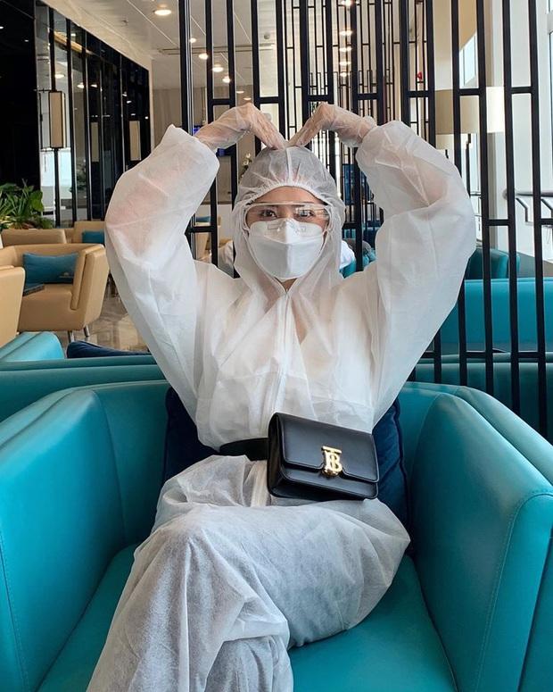 Chi Pu thành tâm điểm tại sân bay vì thời trang cực an toàn mà vẫn chất: Khẩu trang, suit kín mít phòng dịch COVID-19 - Ảnh 5.