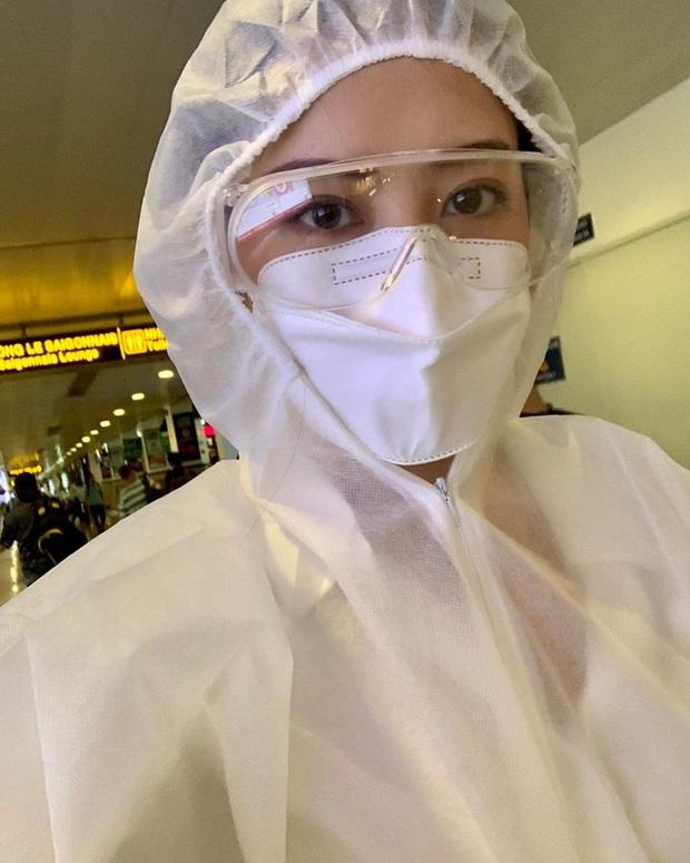 Chi Pu thành tâm điểm tại sân bay vì thời trang cực an toàn mà vẫn chất: Khẩu trang, suit kín mít phòng dịch COVID-19 - Ảnh 4.