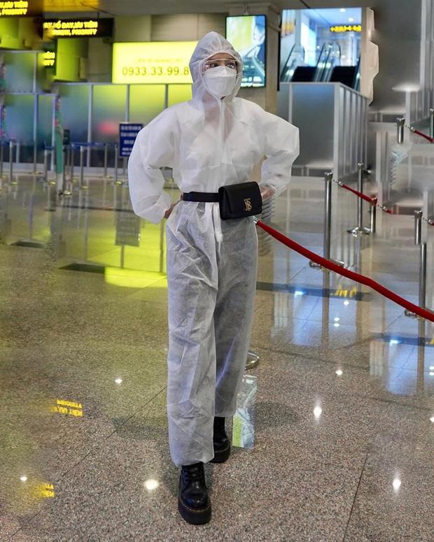 Chi Pu thành tâm điểm tại sân bay vì thời trang cực an toàn mà vẫn chất: Khẩu trang, suit kín mít phòng dịch COVID-19 - Ảnh 3.