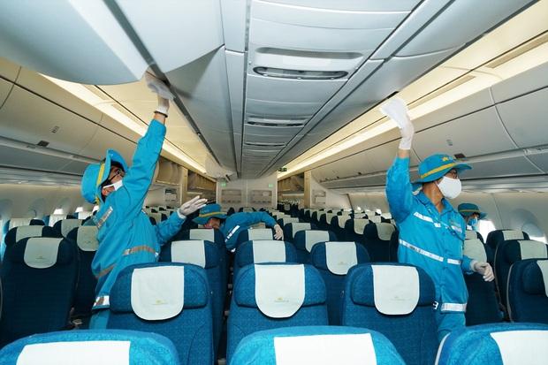 Cận cảnh quy trình vệ sinh khử trùng tàu bay nội địa của Vietnam Airlines - Ảnh 1.
