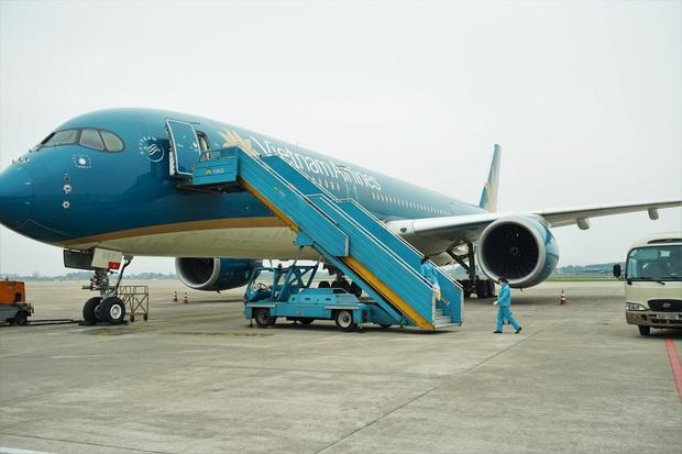 Cận cảnh quy trình vệ sinh khử trùng tàu bay nội địa của Vietnam Airlines - Ảnh 8.