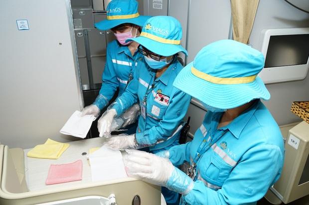 Cận cảnh quy trình vệ sinh khử trùng tàu bay nội địa của Vietnam Airlines - Ảnh 2.