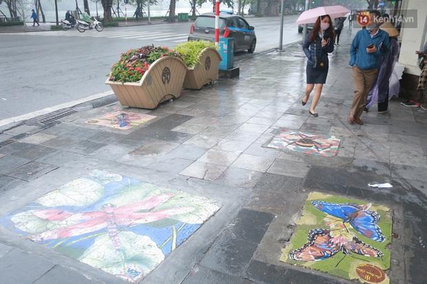 """Ảnh: Nắp cống, hố ga """"vô tri, vô giác"""" tại phố đi bộ Hà Nội biến thành tác phẩm nghệ thuật đẹp như tranh vẽ - Ảnh 4."""