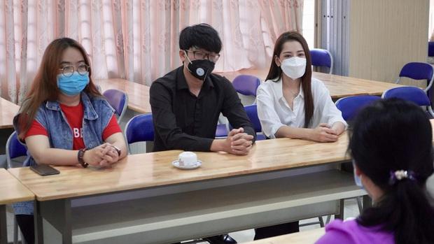 Chi Pu trao tận tay 5.000 bộ trang phục bảo hộ tại Hà Nội và TP. HCM phòng chống dịch Covid-19 - Ảnh 9.