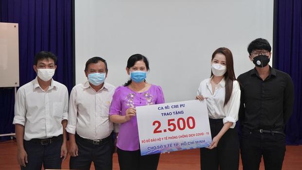 Chi Pu trao tận tay 5.000 bộ trang phục bảo hộ tại Hà Nội và TP. HCM phòng chống dịch Covid-19 - Ảnh 7.