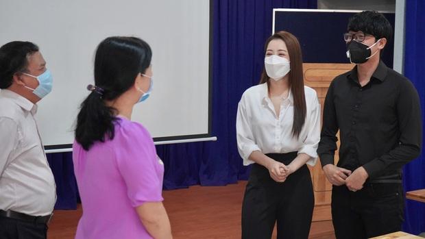Chi Pu trao tận tay 5.000 bộ trang phục bảo hộ tại Hà Nội và TP. HCM phòng chống dịch Covid-19 - Ảnh 8.