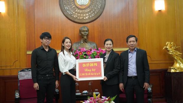 Chi Pu trao tận tay 5.000 bộ trang phục bảo hộ tại Hà Nội và TP. HCM phòng chống dịch Covid-19 - Ảnh 2.