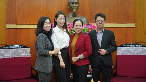 Chi Pu trao tận tay 5.000 bộ trang phục bảo hộ tại Hà Nội và TP. HCM phòng chống dịch Covid-19 - Ảnh 3.