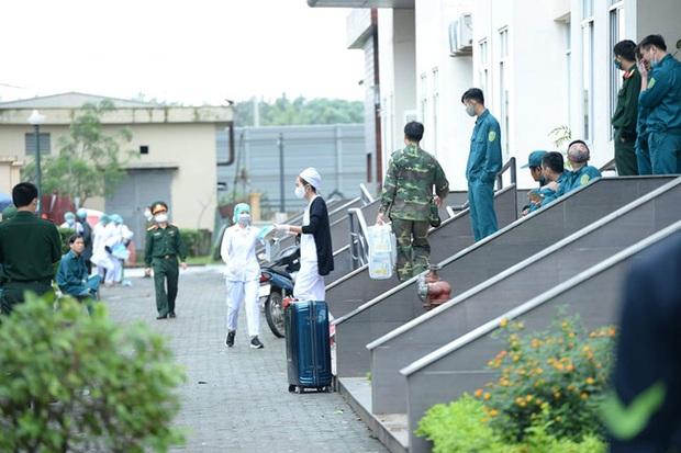 Phụ huynh của du học sinh chờ đợi mang nhu yếu phẩm tiếp tế cho con đến khu cách ly Pháp Vân - Tứ Hiệp - Ảnh 2.