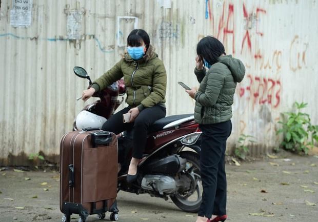Phụ huynh của du học sinh chờ đợi mang nhu yếu phẩm tiếp tế cho con đến khu cách ly Pháp Vân - Tứ Hiệp - Ảnh 11.