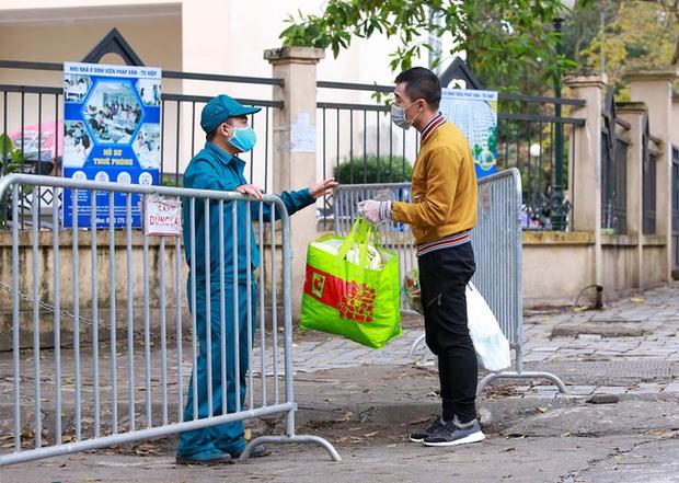 Phụ huynh của du học sinh chờ đợi mang nhu yếu phẩm tiếp tế cho con đến khu cách ly Pháp Vân - Tứ Hiệp - Ảnh 13.