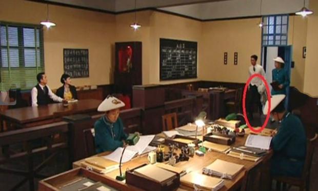 9 hạt sạn nhìn muốn té ngửa của phim TVB: Ghim nhất là màn xe tải xuất hiện ở thời cổ đại, coi tức không? - Ảnh 11.