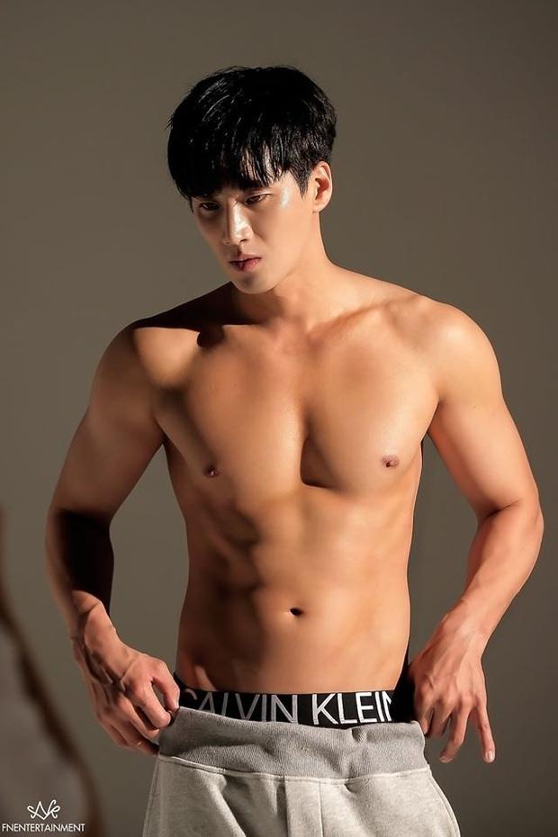 Bộ ảnh khoe body cực phẩm của cậu cả nhà Jangga: SooAh không thích thì để fan crush dùm được không? - Ảnh 2.
