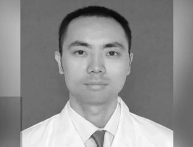 Bác sĩ Trung Quốc qua đời vì kiệt sức sau 39 ngày làm việc liên tục chống dịch virus corona, để lại vợ và hai con nhỏ - Ảnh 1.