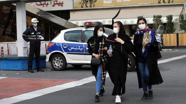Video: Người dân Iran tập trung liếm đền thờ giữa lúc dịch bệnh virus corona bùng phát - Ảnh 3.