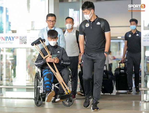 Duy Mạnh phải dùng xe lăn, nhảy lò cò lên xe buýt khi trở về Hà Nội, vẫn chưa thể đi chụp chiếu đầu gối - Ảnh 2.