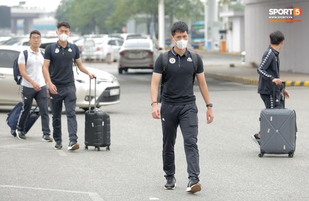 Duy Mạnh phải dùng xe lăn, nhảy lò cò lên xe buýt khi trở về Hà Nội, vẫn chưa thể đi chụp chiếu đầu gối - Ảnh 8.