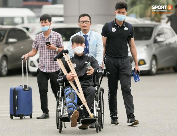 Duy Mạnh phải dùng xe lăn, nhảy lò cò lên xe buýt khi trở về Hà Nội, vẫn chưa thể đi chụp chiếu đầu gối - Ảnh 10.