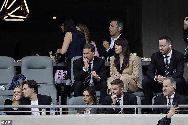 Đọ sắc trong 1 khung hình, vợ chồng David Beckham áp đảo cặp đôi con trai cả Brooklyn về cả thần thái và nhan sắc - Ảnh 2.