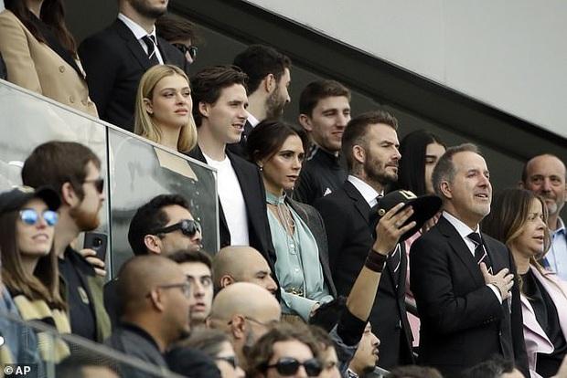 Đọ sắc trong 1 khung hình, vợ chồng David Beckham áp đảo cặp đôi con trai cả Brooklyn về cả thần thái và nhan sắc - Ảnh 1.