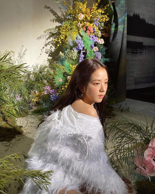 Thật cân não khi Song Hye Kyo - Jisoo đụng hàng: Tường thành nhan sắc kín như bưng, idol trẻ buông lơi lả lướt quá - Ảnh 4.