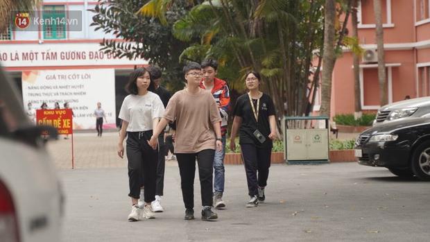 Sinh viên đi học sau nhiều tuần nghỉ, hàng quán tấp nập, đông khách trở lại - Ảnh 1.