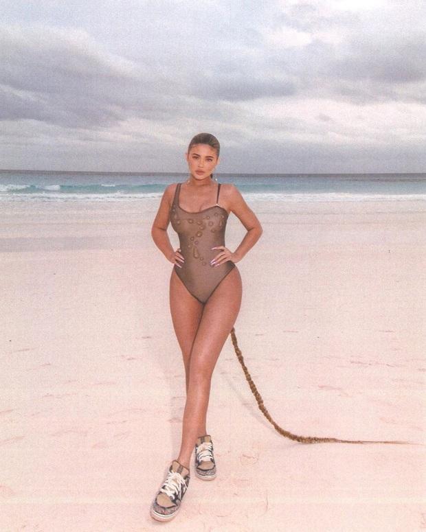Kylie Jenner lại gây bão MXH với bím tóc dài quết đất: Tưởng được khen ai ngờ nhận về xô gạch đá - Ảnh 3.