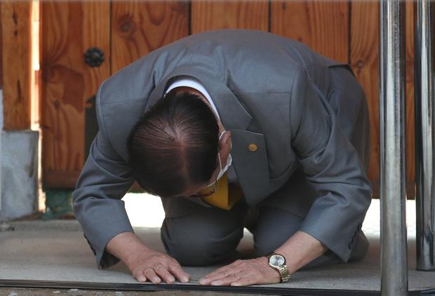 Giáo chủ Tân Thiên Địa Lee Man Hee quỳ gối xin lỗi vì nhiều tín đồ bị cáo buộc làm lây lan virus corona - Ảnh 1.