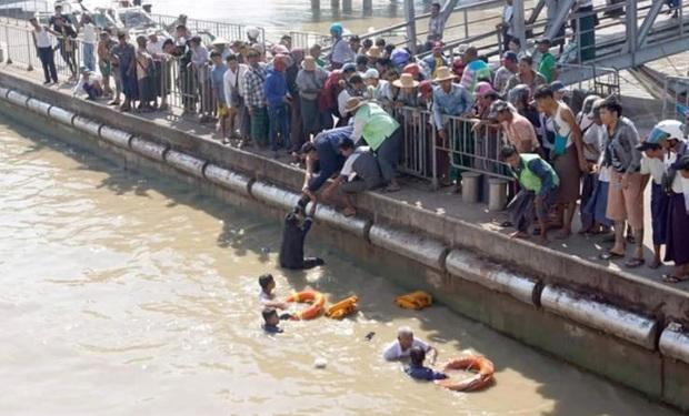 Khoảnh khắc vị thuyền trưởng già không chần chừ, nhảy xuống sông từ độ cao 12m để giải cứu người phụ nữ sắp chết đuối - Ảnh 2.