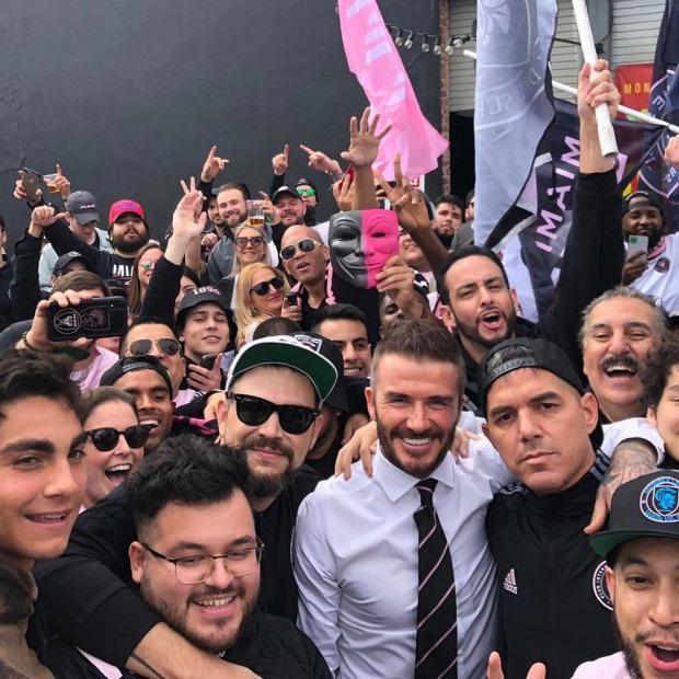 Chủ tịch Beckham diện vest, dẫn gia đình cùng con dâu tương lai đi xem trận đấu đầu tiên của Inter Miami - Ảnh 3.