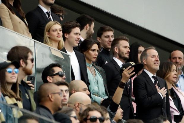 Chủ tịch Beckham diện vest, dẫn gia đình cùng con dâu tương lai đi xem trận đấu đầu tiên của Inter Miami - Ảnh 4.