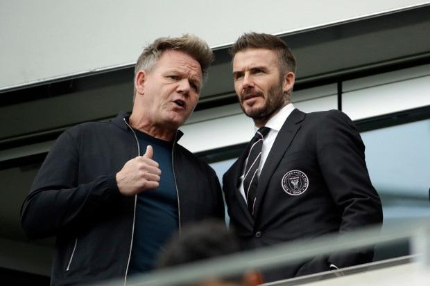Chủ tịch Beckham diện vest, dẫn gia đình cùng con dâu tương lai đi xem trận đấu đầu tiên của Inter Miami - Ảnh 2.