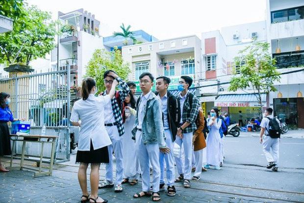 [Ảnh] Học sinh lớp 12 ở Đà Nẵng quay lại trường học sau kỳ nghỉ dài phòng dịch Covid-19 - Ảnh 1.