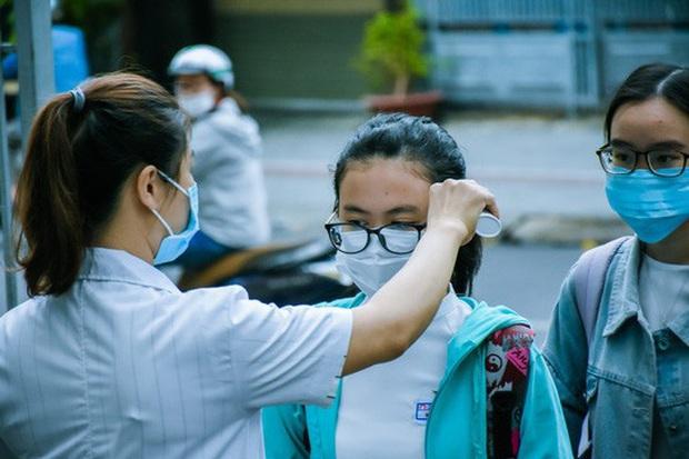[Ảnh] Học sinh lớp 12 ở Đà Nẵng quay lại trường học sau kỳ nghỉ dài phòng dịch Covid-19 - Ảnh 2.