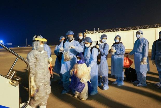 30 công dân Việt Nam về từ vùng dịch Vũ Hán trên chuyến bay đặc biệt được ra viện - Ảnh 1.